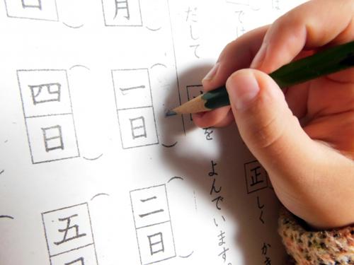 漢字の勉強をする子供
