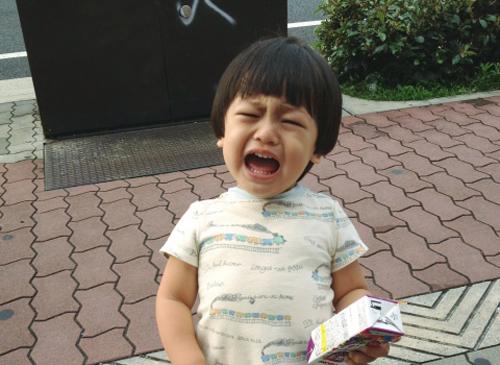 道端で泣き叫ぶ子供
