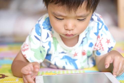 タブレット学習をする子供