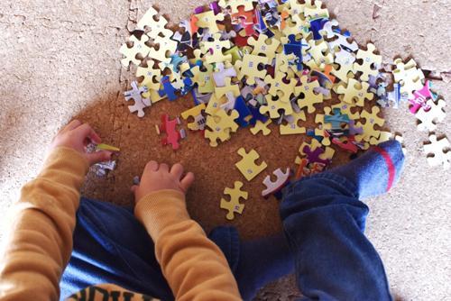 ジグソーパズルで遊ぶ男の子