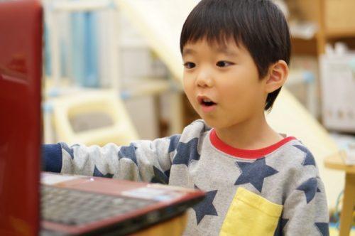 オンライン英会話を受ける4歳児