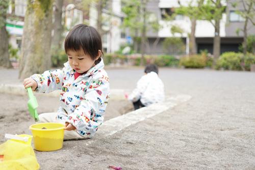 外遊びする子供